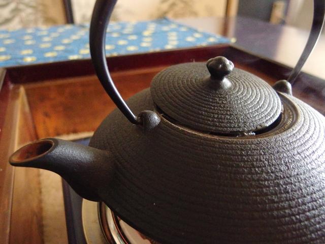南部鉄器メーカー及源南部盛栄堂の鉄瓶でお湯を沸かす