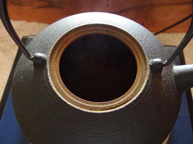 南部鉄器メーカー及源南部盛栄堂の鉄瓶使用後は余熱で乾かす